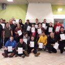 Deelnemers aan de kamp/bivakcursus laten hun certificaten zien