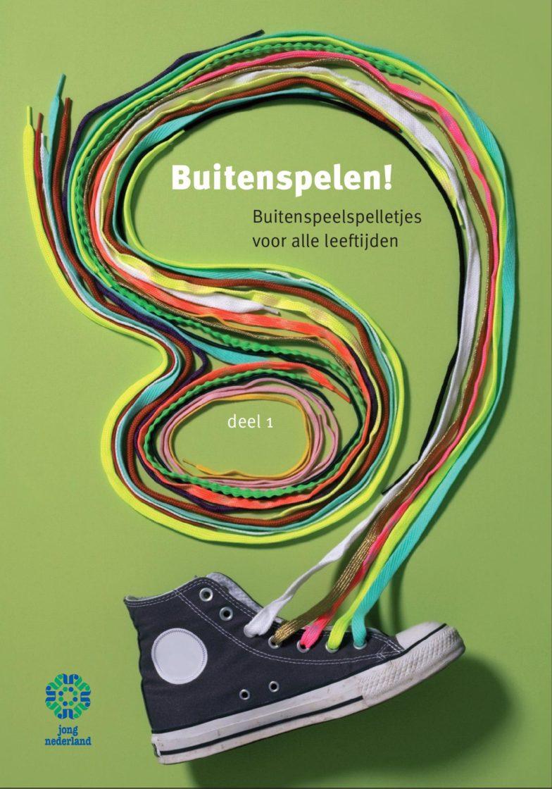 Voorkant van spelboekje Buitenspelen! Buitenspeelspelletjes voor alle leeftijden. Er staat een schoen op met gekleurde veters die om de titel heen gekruld zijn.