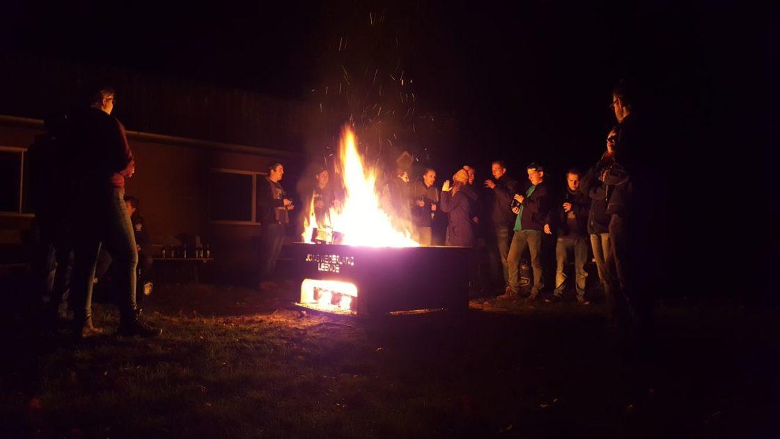 Jong Nederlanders bij een kampvuur