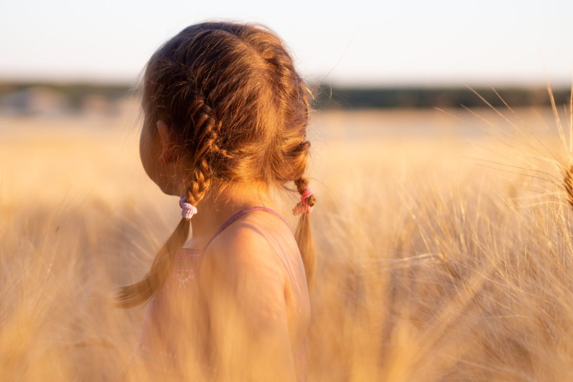 Kind in een grasveld